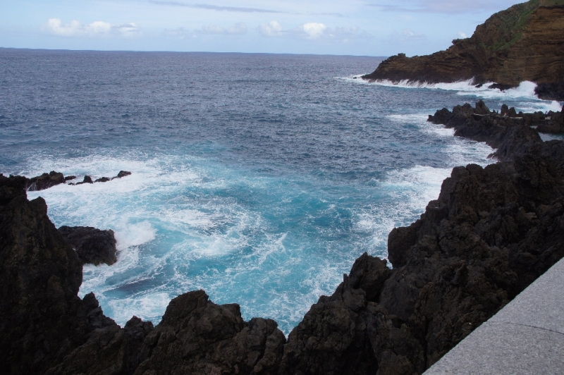 Der Ferienort Porto Moniz ist für seine Pools im Vulkangestein berühmt, die durch eine Lavazunge entstanden sind.