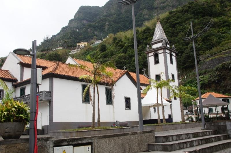 Interessant ist auch die Hauptkirche von São Vicente mitten im Dorf. Sie ist dem Heiligen Vinzent gewidmet und wurde im 17. Jahrhundert gebaut. Hier gibt es hervorragende Deckenmalereien, wobei der Heilige Vinzent in einem Bild das Dorf segnet.