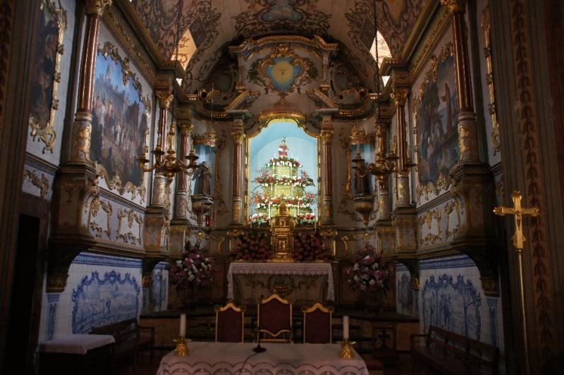 Der heilige Vinzenz trohnt über dem Hauptaltar.