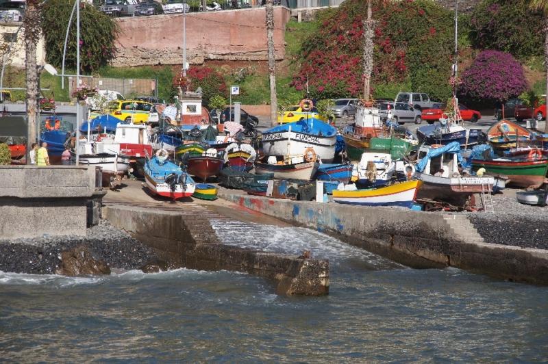Im Zentrum des Ortes liegt der kleine Hafen mit seinen Farbenfrohen Booten. Hier werden in der Werft auch heute noch Schiffe auf traditionelle Weise hergestellt. Der Nachbau von Christoph Columbus Santa Maria wurde übigens hier angefertigt.