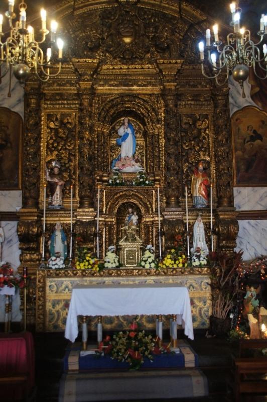 Der Altar ist barock und fast vollständig vergoldet.