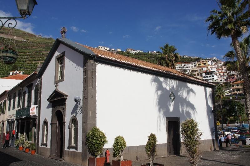 Die Kapelle wurde auch als Kapelle Notre-Dame des Pebble bekannt. Sie befindet sich direkt im Herzen der Stadt Câmara de Lobos, in der Nähe des Fischerhafens.