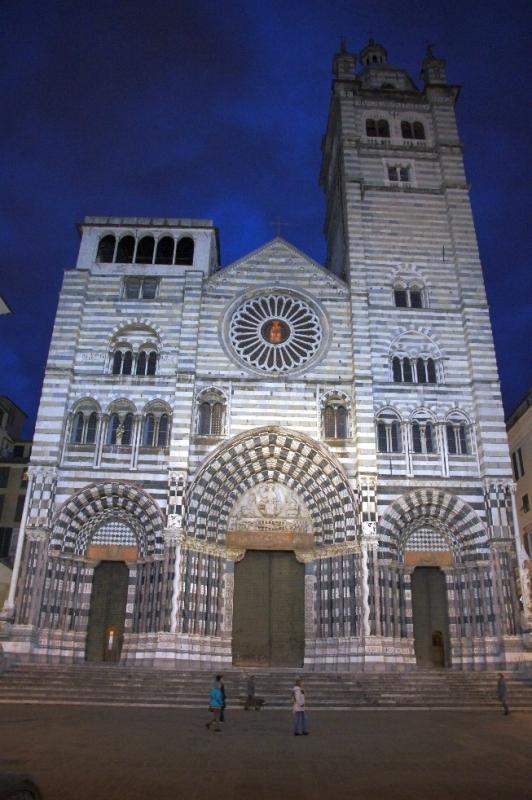 Die Fassade der Kirche zeigt heute gotische Portale und eine Verkleidung mit schwarz-weißen Streifen, was im Mittelalter als Adelssymbol galt.