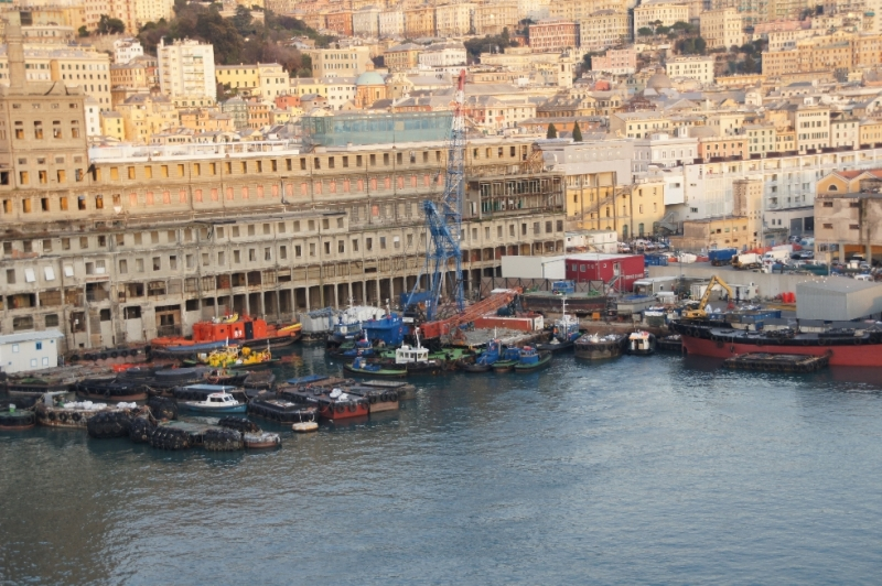 Der Hafen von Genua hat imposante Ausmaße. Kreuzfahrtschiffe aus aller Welt laufen Italiens größten Seehafen an. Er ist nach Marseille der zweitgrößte am Mittelmeer.