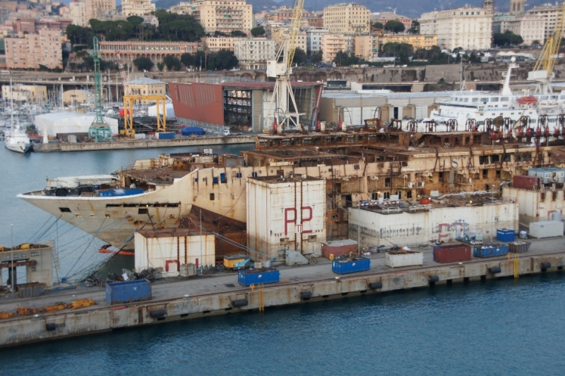 Ein schöner Anblick ist dieses ursprünglich sehr schöne Kreuzfahrtschiff nicht mehr, die Verschrottung ist schon weit fortgeschritten. Außen sieht man noch die Container die für die Aufrichtung und Überführung nach Genua notwendig waren.