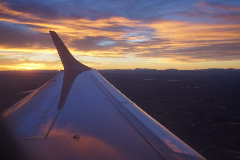 Wir flogen um 6 Uhr los und somit -weil Januar- in den Sonnenaufgang hinein. Etwa über den Alpen.