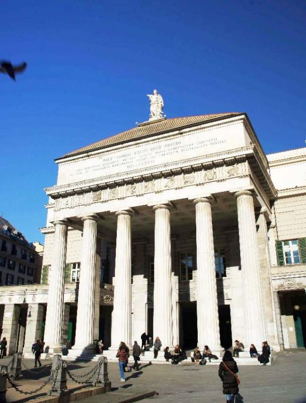 Das Opernhaus Teatro Carlo Felice. Es ist das wichtigste Opernhaus in der italienischen Stadt Genua. Es gehört mit seinem Programm, welches Opern, Ballette, Sinfonien, aber auch Vorträge und weitere Veranstaltungen umfasst, zu den besten Italiens.