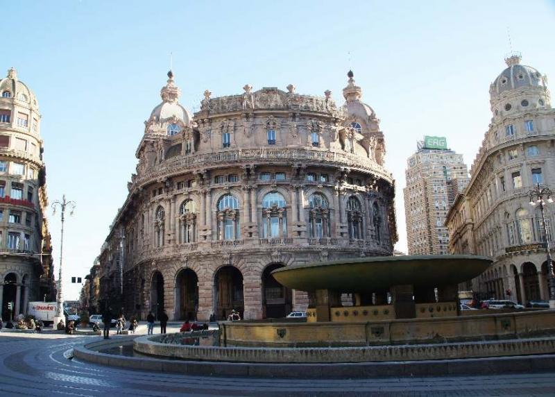 Das Gebäude der Börse, errichtet im Jahre 1912 vom Architekten Alfredo Coppede Genua, Italien und im Vordergrund der große kreisförmige Springbrunnen des Genueser Architekten Giuseppe Crosa di Vergagni.
