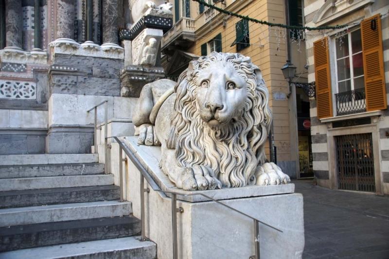 Die Statuen der beiden Löwen stammen aus dem neunzehnten Jahrhundert.