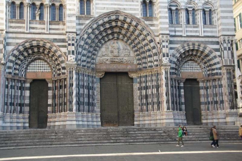 Die Kathedrale San Lorenzo in der Altstadt von Genua gilt als architektonisches Meisterwerk des romanischen Baustils.