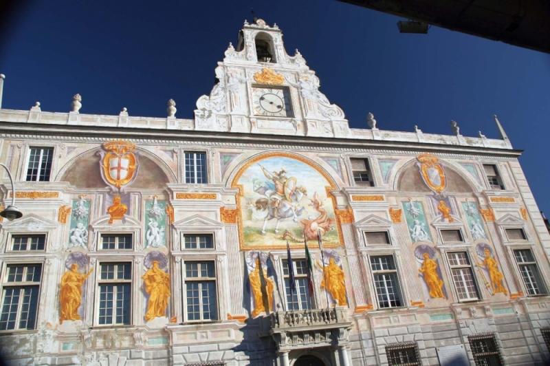 Für den Bau des Gebäudes wurde Material von der, zuvor abgerissenen, Venezianischen Botschaft in Konstantinopel verwendet. Der Palast sollte die Trennung von Kirche und Republik verdeutlichen. Vor Allem sollte die Macht der katholischen Kirche, welche durch die in der Nähe gelegene Kathedrale San Lorenzo manifestiert wurde, gemindert werden.