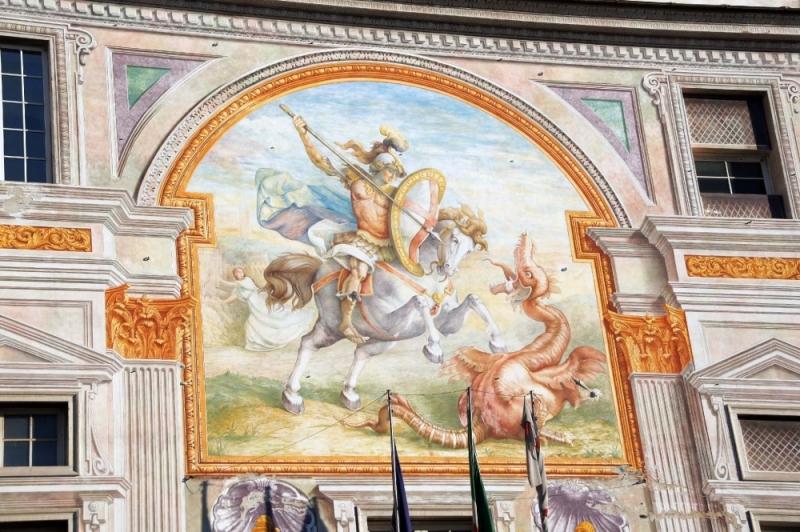 1912 bemalte Ludovico Pogliani die wunderschöne Fassade, die den siegreichen Drachentöter Georg zeigt.