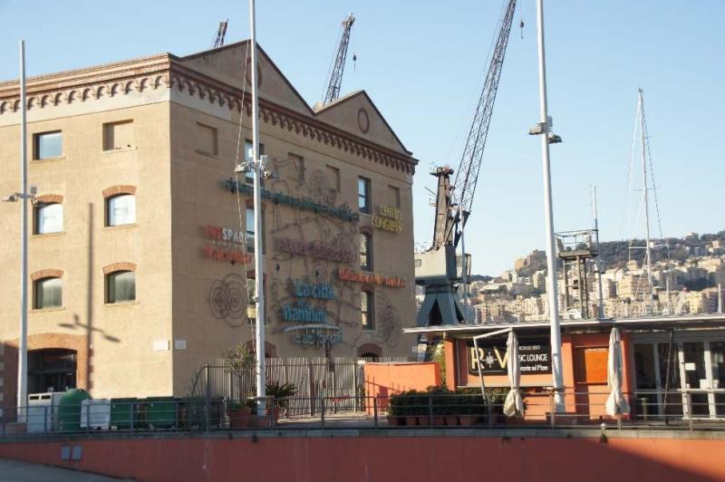 Magazzini del Cotone Die Baumwollspeicher entlang der alten Mole des alten Hafens von Genua wurden 1926 erbaut und bilden die Hauptspeicherstadt und eines der markantesten Bauensemble am Hafen.