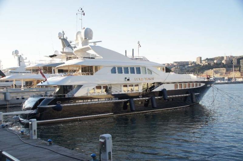 DUKE TOWN ist eine Charter-Yacht Sie wurde 2002 gebaut und fährt unter der Flagge von Cayman Islands. 10 Gäste finden in 5 Zimmern Platz. 37 Meter lang, 8 Meter breit, 3 Meter Tiefgang. Sie fährt mit bis zu 20 Knoten und hat einen 44000 Liter Tank. (Da möchte ich nicht tanken müssen)