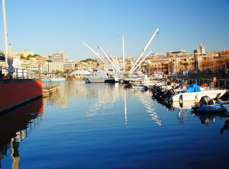 Wunderschöner Ausblick auf den historischen Hafen Genuas.