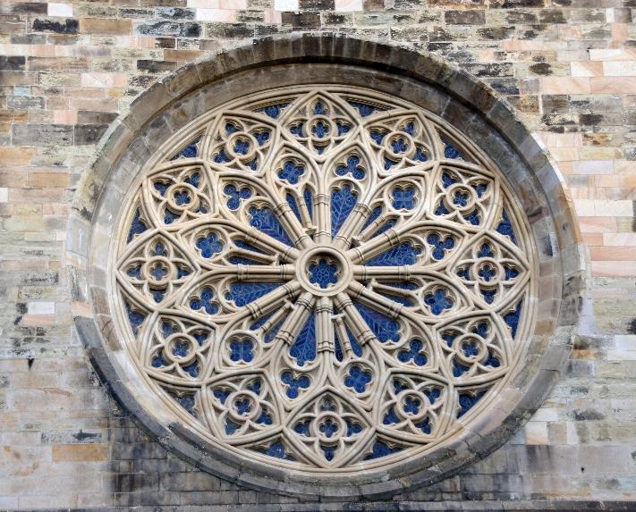 Dies Rose nennt sich Maßwerk, das ist eine Gestaltung von Fenstern durch versierte Steinmetze, die auf Geometrischen Mustern fußt und wobei die Steine skelettiert sind. Es ist ein wichtiges Grundelement der Gotik