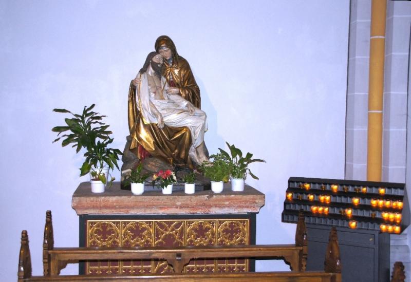 Das ist die Gottesmutter Maria mit dem verstorbenen Jesus Christus auf ihrem Schoß. Es erinnert an den biblischen Bericht vom Tod Jesu: Nachdem der Leichnam vom Kreuz genommen wurde, wurde er in den Schoß Marias gelegt. Für trauernde Menschen ist dieses Pieta ein Trost.