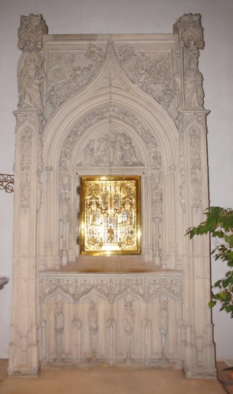 Das Sakramentshaus mit Tabernakel: Im Bogen sind die alttestamentlichen Propheten zu sehen. An den Strebepfeilern die zwölf Apostel und darüber die Verkündigungsszene mit Maria und dem Engel; außerdem Szenen aus dem Leben des Apostels Johannes. Das feuervergoldete Messinggitter hat Symbole der vier Evangelisten, und einer Wiederholung der Verkündigungsszene und im Zentrum der Figur des Täufers Johannes