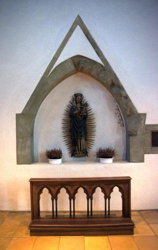 An der Südwand befindet sich eine Hälfte einer ehemaligen Doppelmadonna im Strahlenkranz aus dem Anfang des 15. Jahrhunderts.