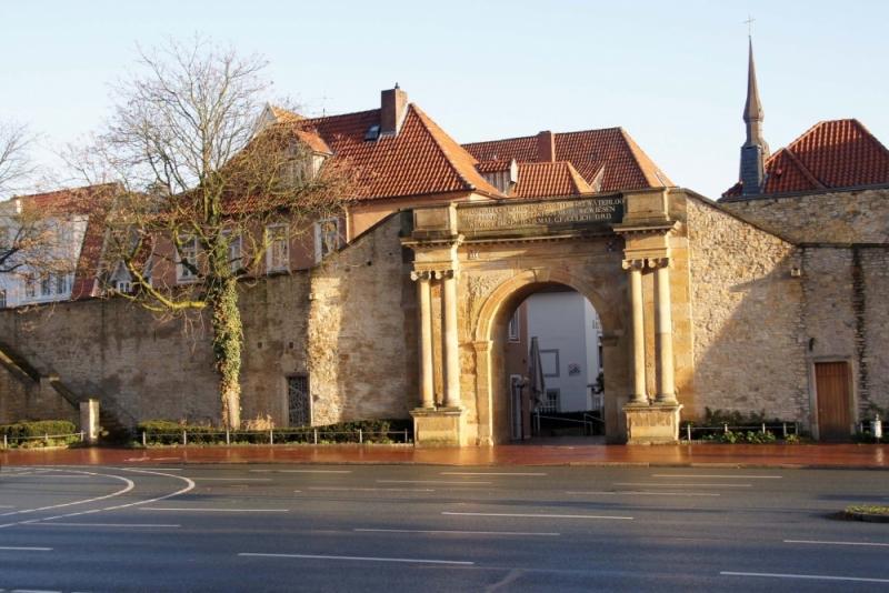 Geschaffen hat das Heger Tor oder Waterloo Tor, ganz wie man will, Johann Christian Sieckmann (1787-1861).