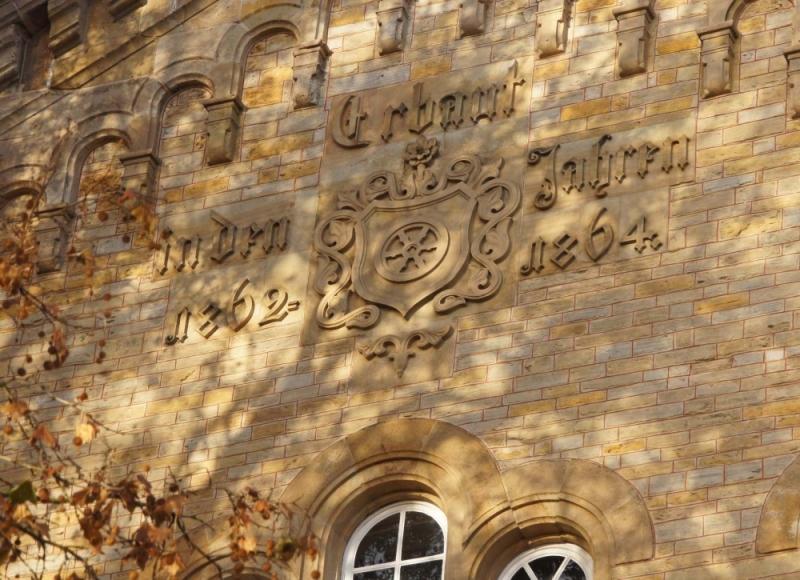 Die Inschrift deutet heute nur noch auf das Baudatum hin. Die Inschrift deutet heute nur noch auf das Baudatum hin: Erbaut in den Jahren 1862-1864