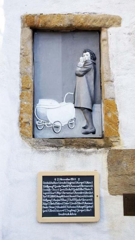45. Luftangriff auf Osnabrück Dienstag, 21. November 1944 96 Personen starben alleine im Stollenbunker am Kinderheim Schölerberg, unter ihnen waren 51 Kinder. Dies ist die Liste der Kinder, ausgehängt an der Dominikanerkirche.