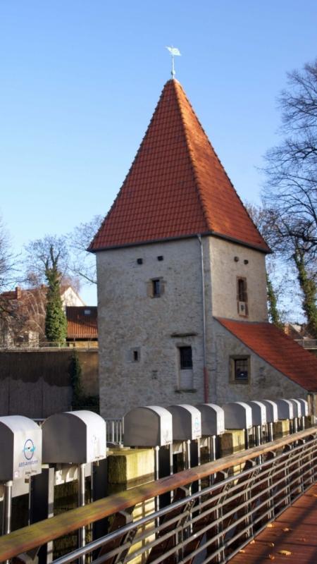 Die fast einen Meter dicken Grundmauern der Pernickelturms sind fast 800 Jahre alt und bestehen aus allem, was man am Piesberg, am Gertrudenberg oder überall anders finden konnte.