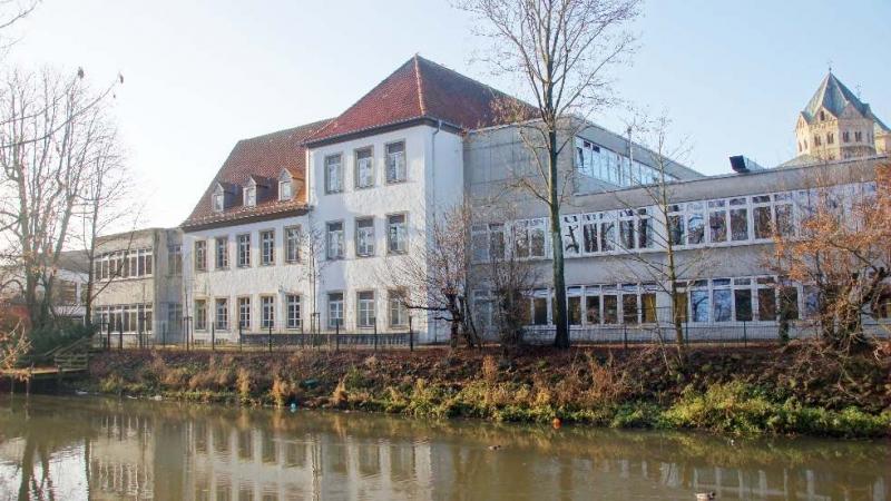 Von Kaiser Karl dem Großen im Jahre 804 gegründet, gibt das Gymnasium Carolinum als wohl älteste Schule