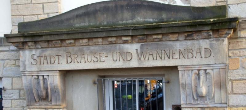Getragen von Steinpelikanen, prangt dieser Schriftzug auf dem Schulgebäude