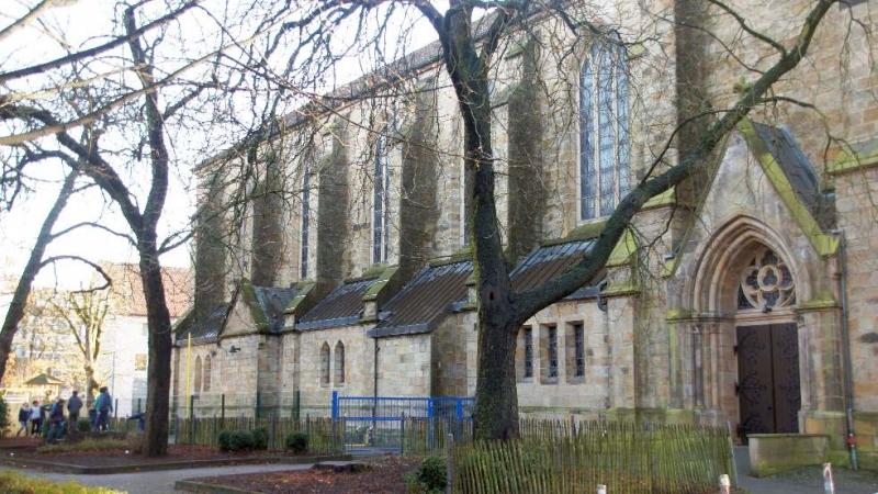 Seitenansicht der Kirche zur Domschule hin