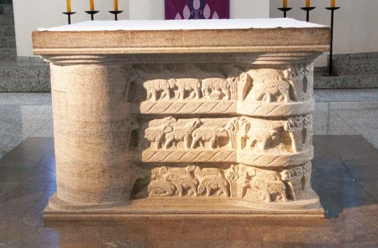 Der Altar wurde 1990 neu installiert. Geschaffen vom Mülheimer Bildhauers Ernst RascheEr hat er die Kreuzigungsgruppe von Evert van Roden hinter sich.