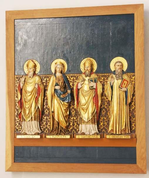 Die Tafeln zeigen die Stationen des Lebens, Sterbens und der Auferstehung Jesu sowie Benedikt von Nursia, Suitbert, Elisabeth Anna Bayley Seton, Wiho I. auf dieser Tafel.