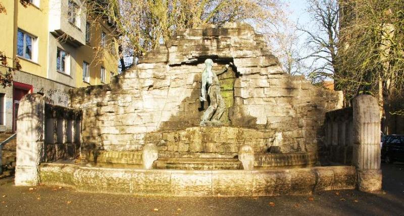 Der Brunnen ist dem Bergmannsberuf gewidmet und wurde von August Haarmann (1840-1913) gestiftet, der Stahlwerksdirektor und Senator war.