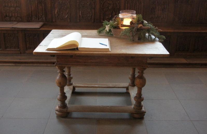 Ein Buch im Friedenssaal für Besucher um sich einzutragen.