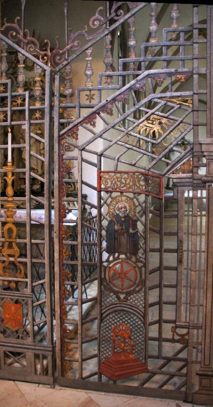 Sehr interessant ist dieses zweiflügelige schmiedeeiserne Tor, das u.a. das Osnabrücker Rad zeigt und zur Abtrennung des Chorumganges dient