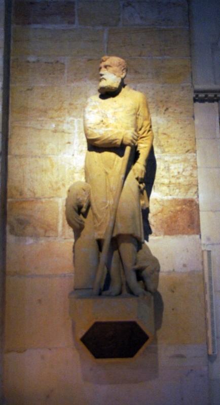 Die Petrus-Statue im Eingangsbereich des Osnabrücker Domes zeigt den ersten Papst mit den ihm zugeordneten Symbolen: Die Schlüssel für den Himmel, das Schaf, weil er sich wie ein Hirte um seine Gläubigen kümmert und den Hahn, weil er Jesus dreimal verleugnete, bis der erste Hahn morgens krähte.