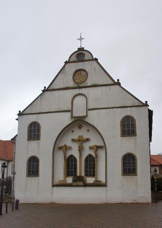 Die Kreuzigungsszene ist nur ein Abguss, die spätgotische Kreuzigungsgruppe Evert van Rodens aus dem 16. Jahrhundert wurde 1990 in die Kirche gebracht. Sie befand sich bis dahin an der Gymnasialkirche. Dort wurde sie durch einen Abguss ersetzt.