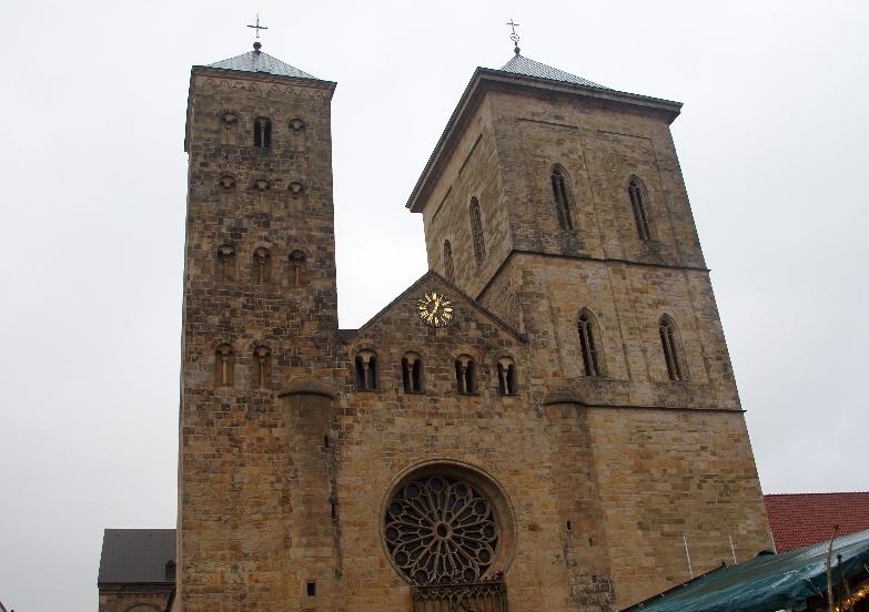 Ein imposantes Gebäude, auch wenn die Türme nicht so recht zusammenpassen. der rechte Turm ist der Südwestturm mit dem Glockengeläut