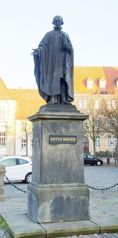 Justus Möser war ein deutscher Jurist, Staatsmann, Literat und Historiker. Das Denkmal war früher von einem Gitter umgeben.
